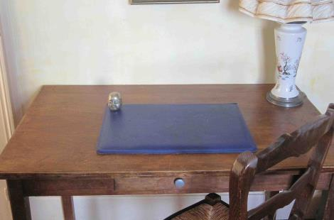Chambre Vieira, le coin table/bureau Viera's room table