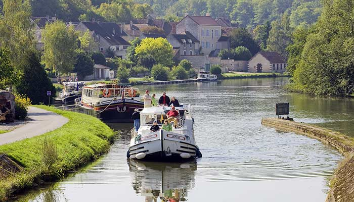 Enjoy a boat trip along the nivernais and burgundy canals tourisme en bourgogne - Office du tourisme bourgogne ...