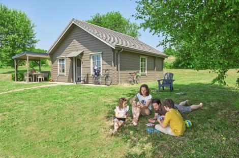 Photo-cottage-Facade-avec-famille-2 (2)