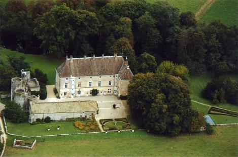 Vue aérienne du château de Germolles