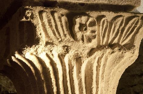Chapiteau à fleuron Crypte BD ©AnisdeFlavigny