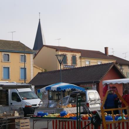 Marché Romenay avec clocher© OTPBB