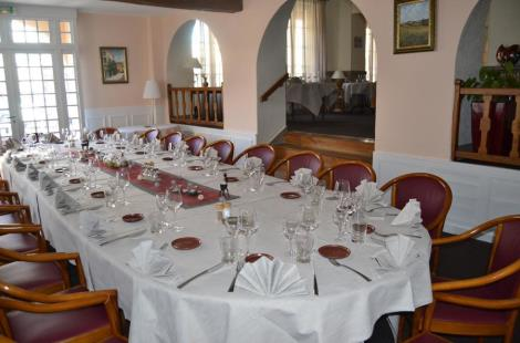 Table-repas-reception-reunion-Hostellerie-Poste