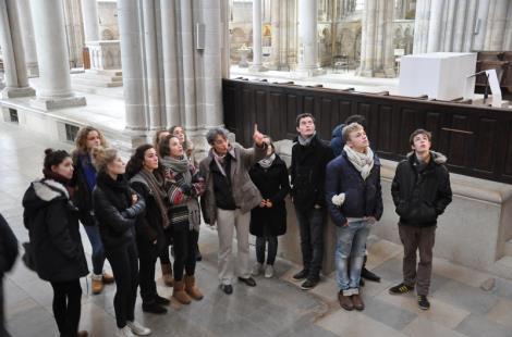 Etudiants dans la basilique